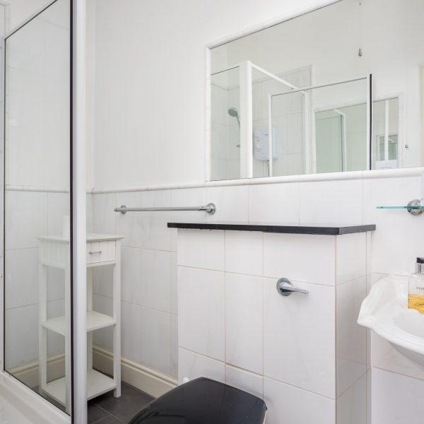Crossways Guest House - double / twin / triple en-suite room shower/toilet (3)