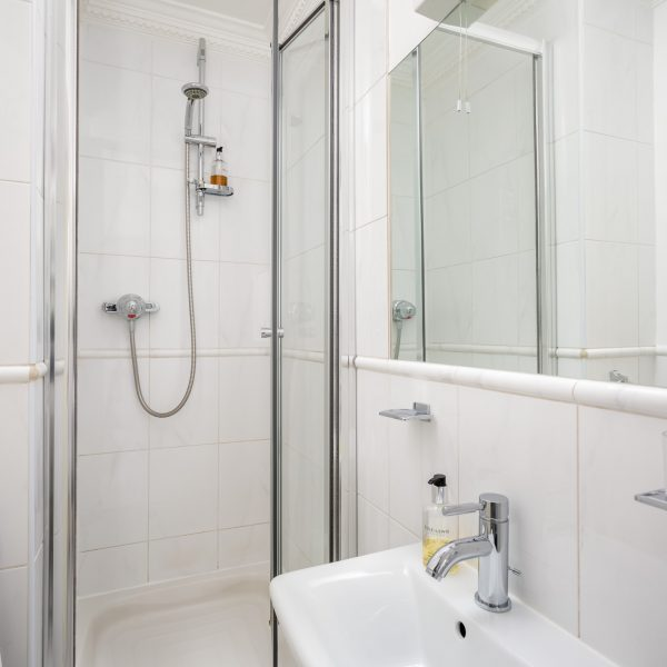 Crossways Guest House - twin / double en-suite room shower/toilet (1)